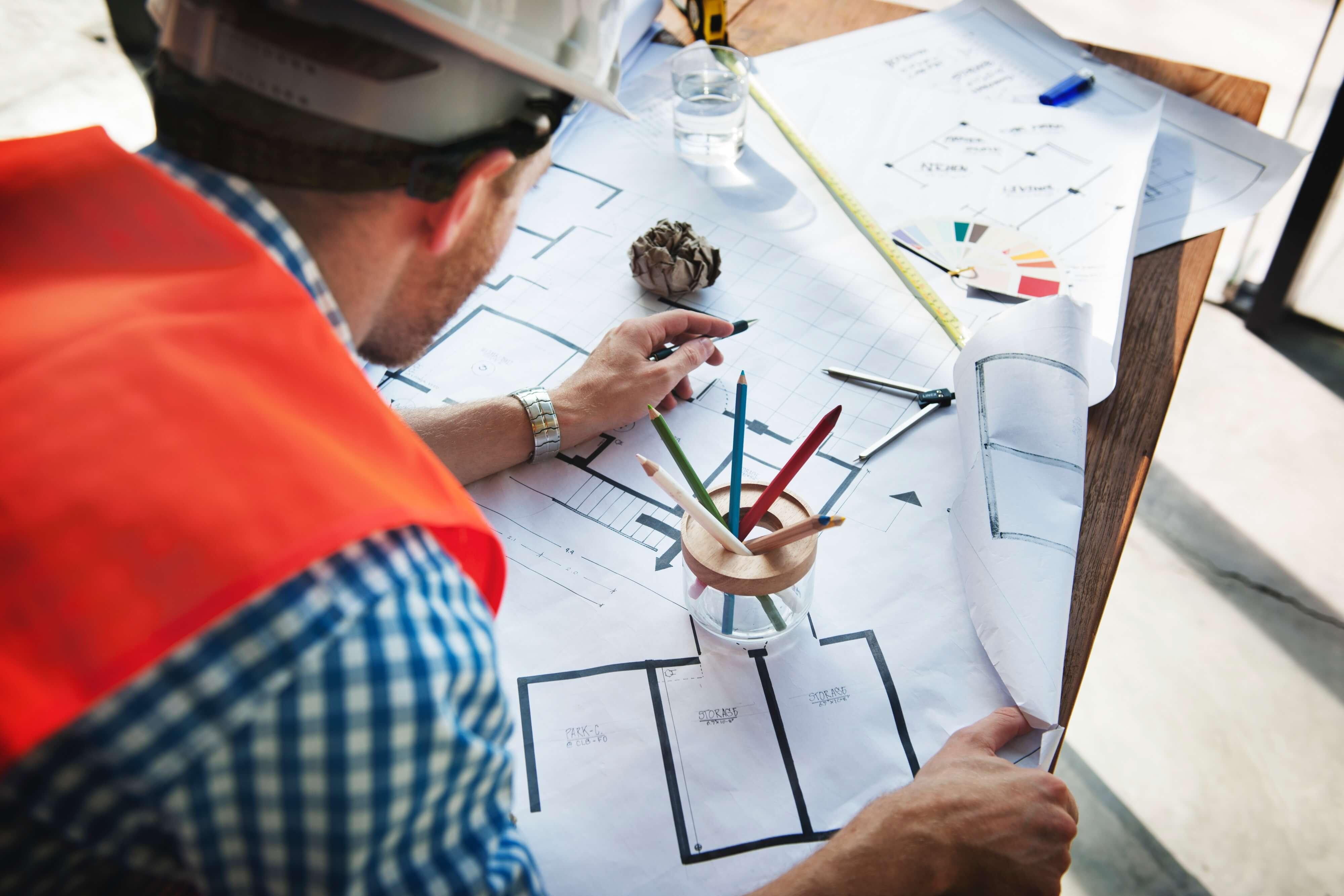 Stavebný inžinier kontroluje stavebné výkresy