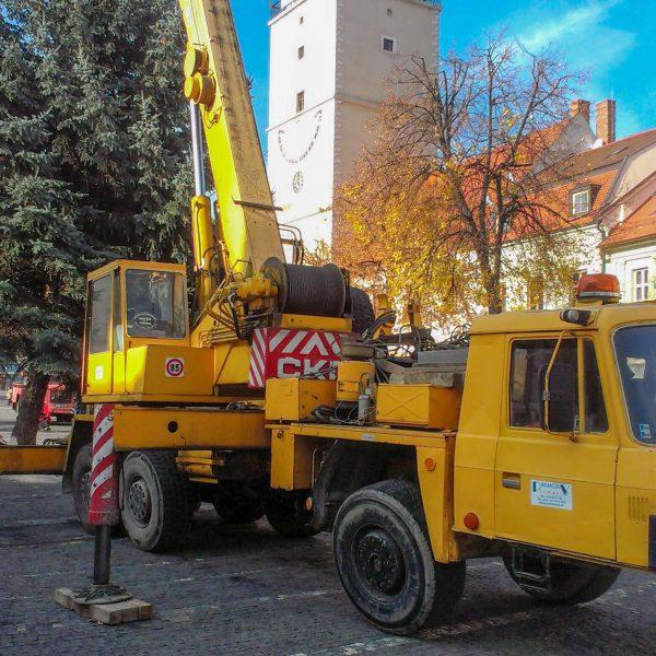 Príprava Vianočného stromčeku na námestí v Trnave